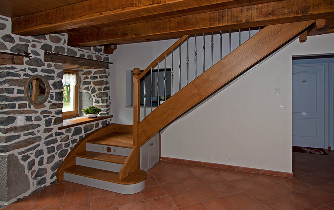 escaliers bois cantal sur mesure ydes. Black Bedroom Furniture Sets. Home Design Ideas